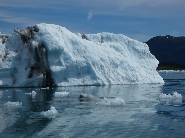 Iceberg flotando en el océano
