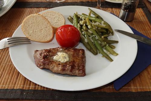 Gegrilltes Flanksteak mit Salbeibutter, Bohnensalat, heißer Tomate und Baguette (3. Teller)