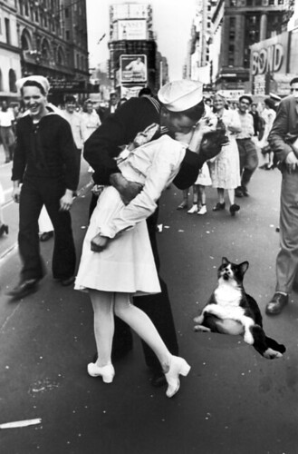 visual - nonii at VJ day kiss | by spooky-cyborg