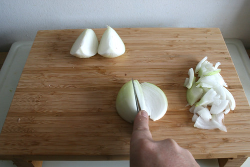 22 - Zwiebeln in Spalten schneiden / Cut onion in cleaves