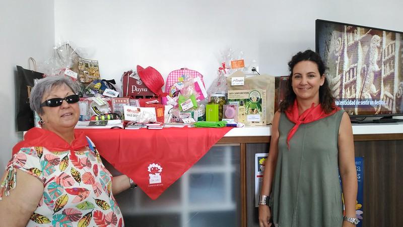 Isabel Sánchez ha sido la ganadora de la cesta con productos San Juaneros de la Campaña del comercio local San Juan 2017