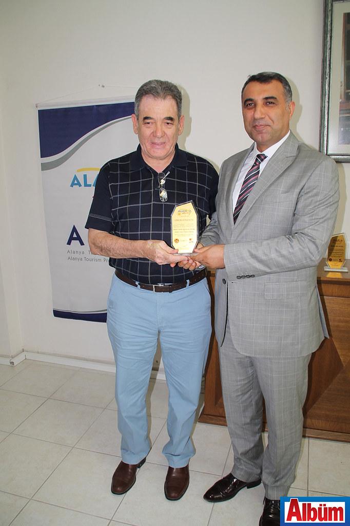 Alanya Kaymakamı tarafından Türkiye Festivali'ne destek olan firma yetkililerine plaket verildi.