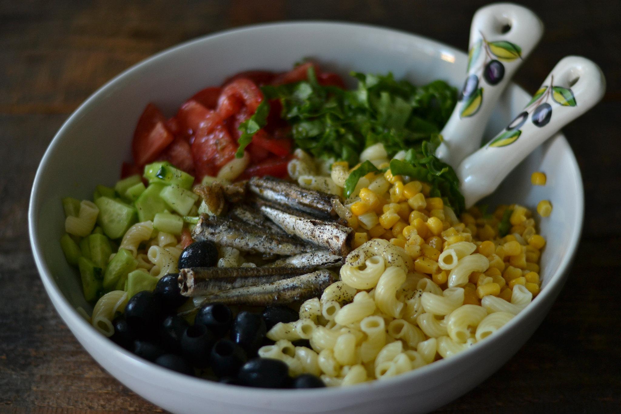 5 idei de mancaruri usoare salata de paste cu sardine si legume