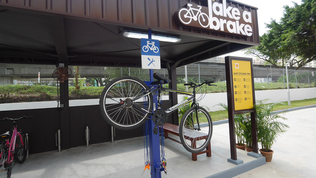 You can find tools here and a dedicated bicycle pump, all of which cyclists can use for free.