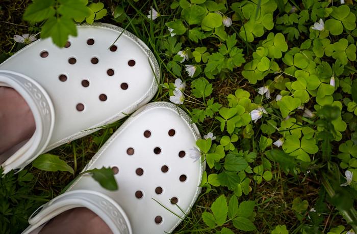 valkoiset crocs ketunleipä kukka