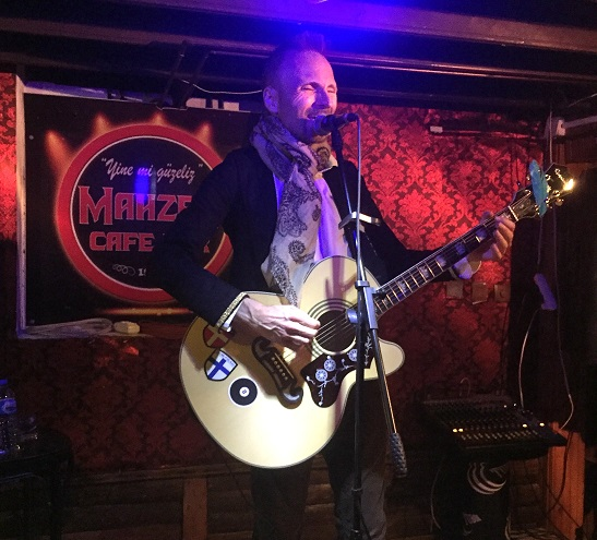 Baz performing live at Mahzen Cafe & Bar in Edirne (Turkey) (photo by Atakan Grammeşin)