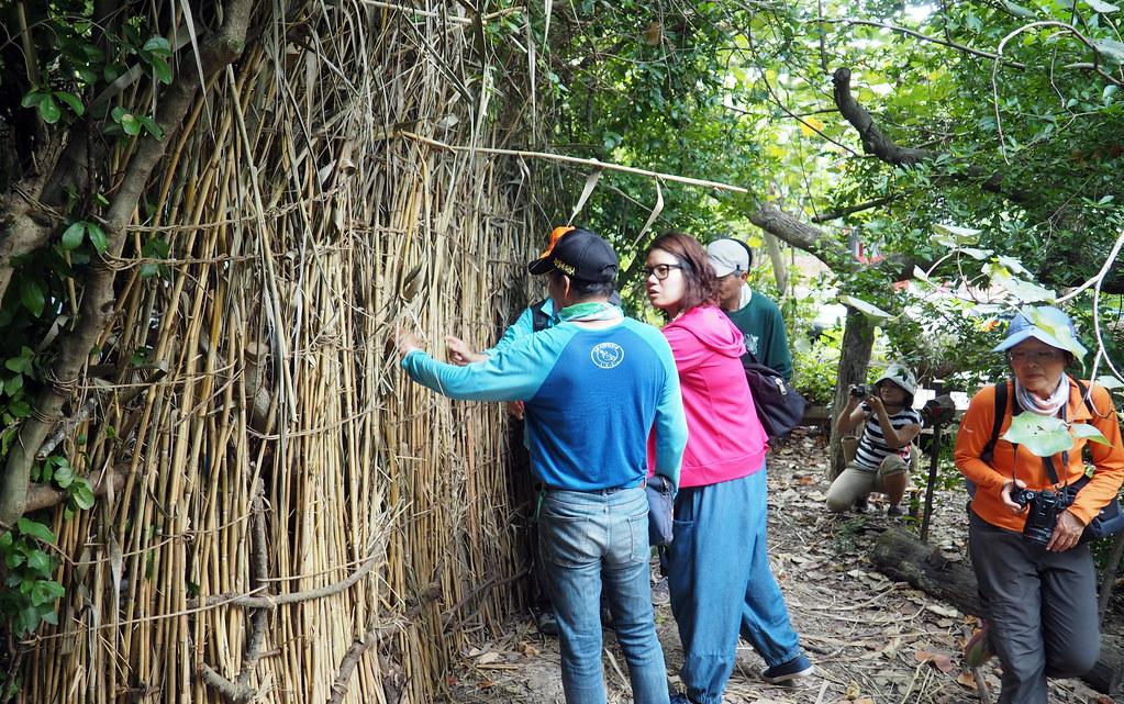 藝術家洪琳茹與濕地志工一起用在地素材改造濕地經常被人放生的死角,希望能「重拾濕樂園」。攝影:李育琴。