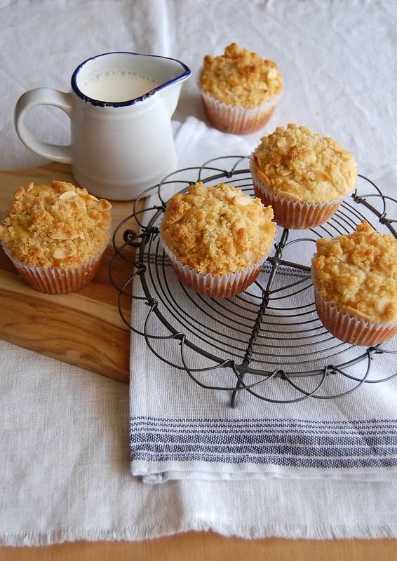 Pear lemon muffins with almond streusel / Muffins de limão siciliano e pera com farofinha de amêndoa