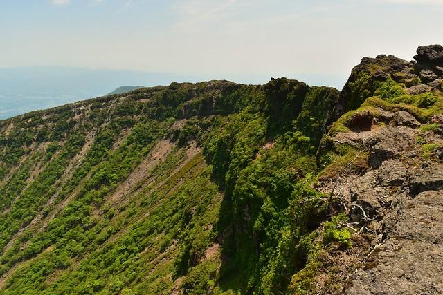 韓国岳 火口の断崖絶壁