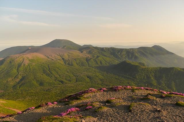 高千穂峰から眺める新燃岳と韓国岳