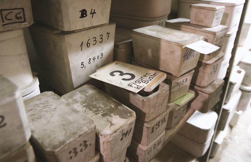 Bis ins gut gehütete KPM Archiv durften wir vordringen, wo etliche Stücke wertvolles KPM Porzellan gelagert werden.
