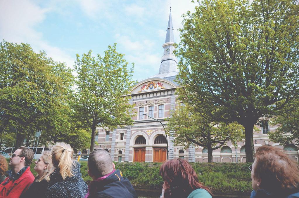 Tijdens een rondvaart door Den Haag kom je o.a. langs de Koninklijke Stallen | via It's Travel O'Clock