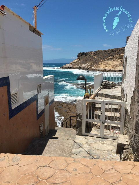 La Caleta, przejście pomiedzy budynkami, prowadzące w stronę kamienistej plaży