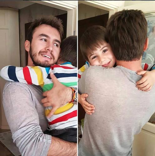 Mustafa Ceceli oğlu ile paylaştığı fotoğrafa gelen yorumlara tepki gösterdi