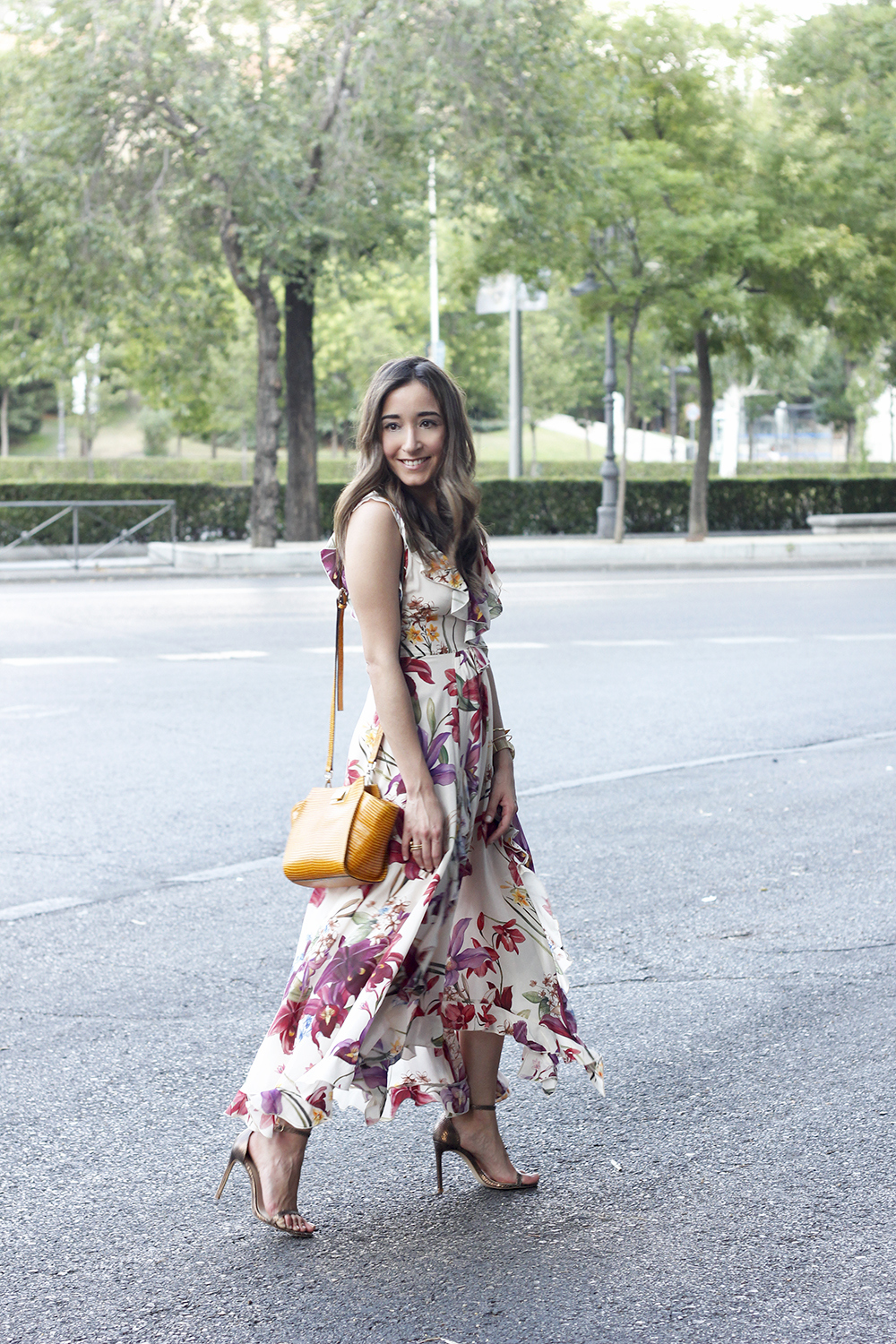 Maxi flower dress uterqüe mustard bag heels summer outfit style03