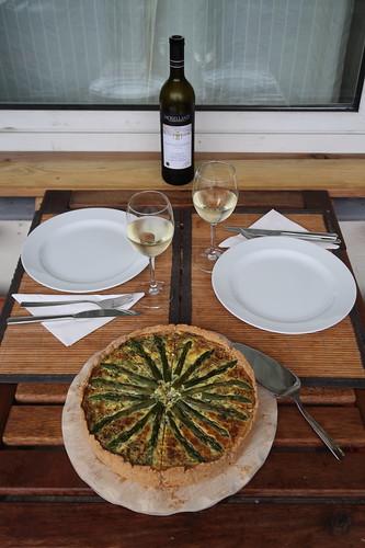 Grüner Spargel Quiche (Tischbild)