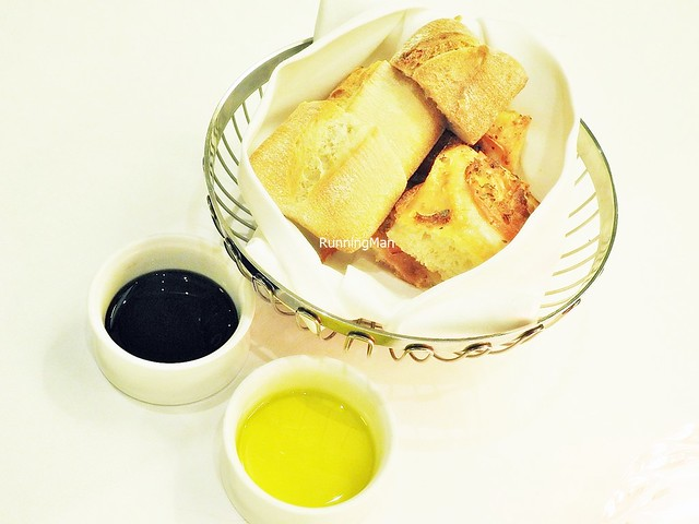 Assorted Bread Basket With Balsamic Vinegar & Olive Oil