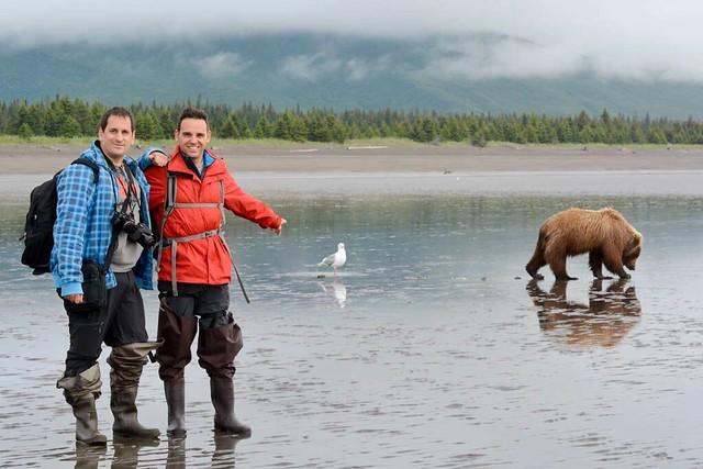 Sele e Isaac en una playa de Alaska con un oso