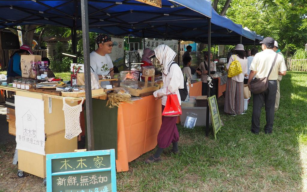每週日於濕地前廣場舉辦的南方綠動市集,販售在地友善小農手作農產品。攝影:李育琴。
