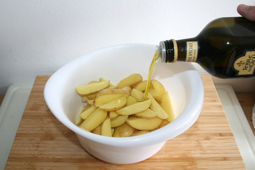 15 - Schuss Olivenöl zu Kartoffeln geben / Add shot of olive oil to potato wedges