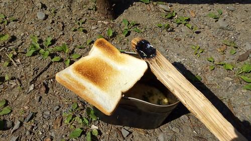 熾火で焼いたパンと、燃やして石で仕上げたスプーン