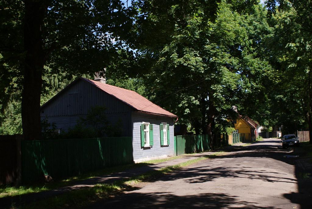 Maisons en bois colorés dans le quartier de Pardaugava à Riga.