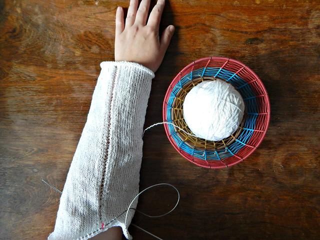 Белый свитер, рукав. | White cotton sweater, sleeve.