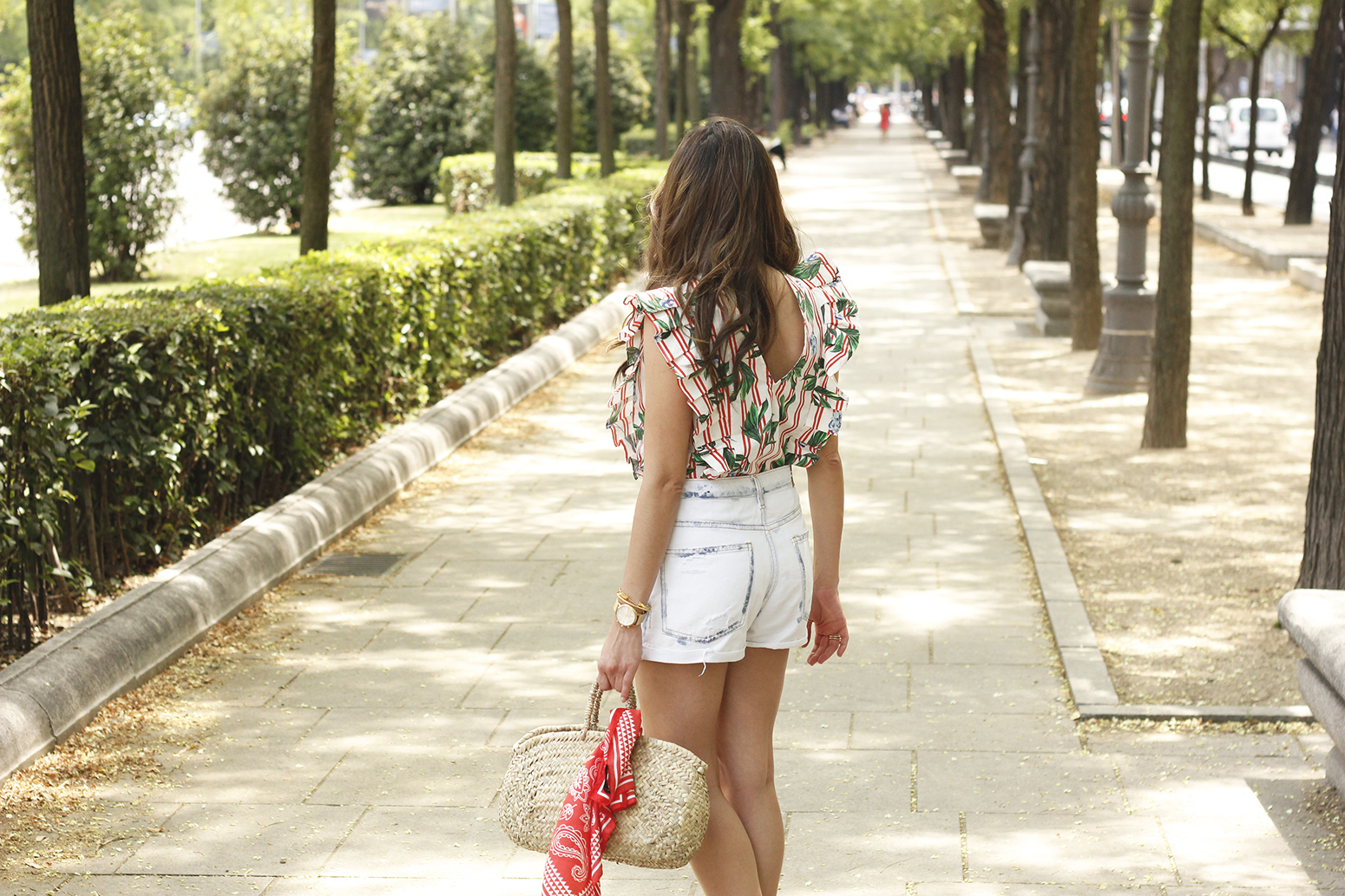 Top with stripes and ruffles midi heels ripped denim shorts summer outfit06