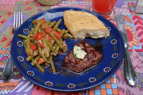 Rinderfilet (von Wessels) mit Kräuterbutter, Bohnen-Tomaten-Salat und Baguette