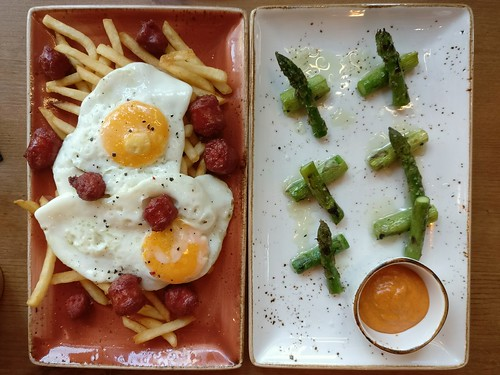 Sunny side up egg with chistorra sausage and grilled green asparagus with romesco sauce