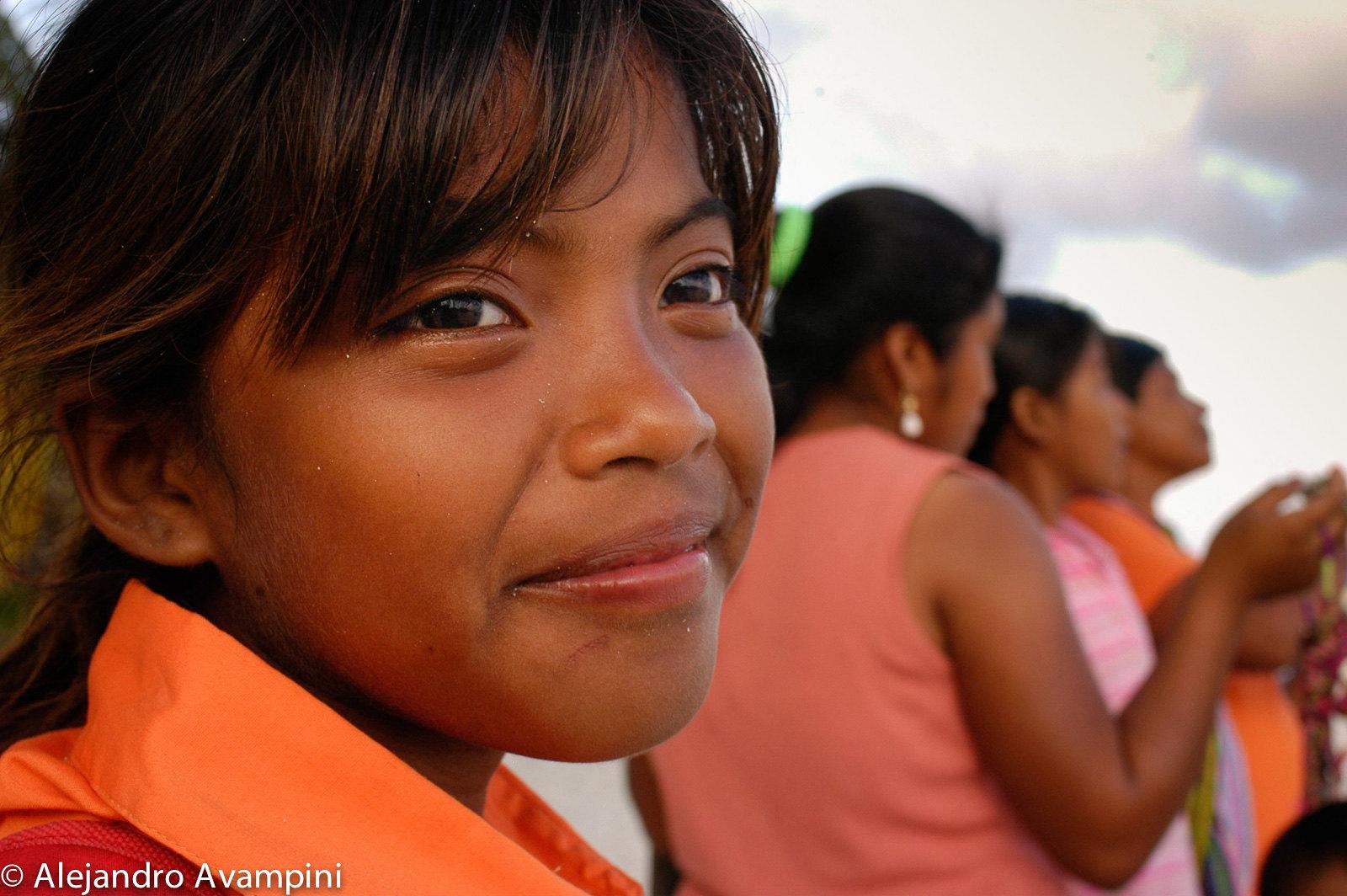 Niña de la comunidad Maya, con la ropa de colegio y su madre y tías - Ambergris