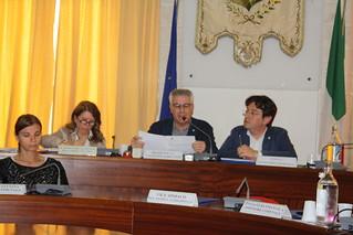 Il Presidente Valentini legge la delibera approvata all'unanimità