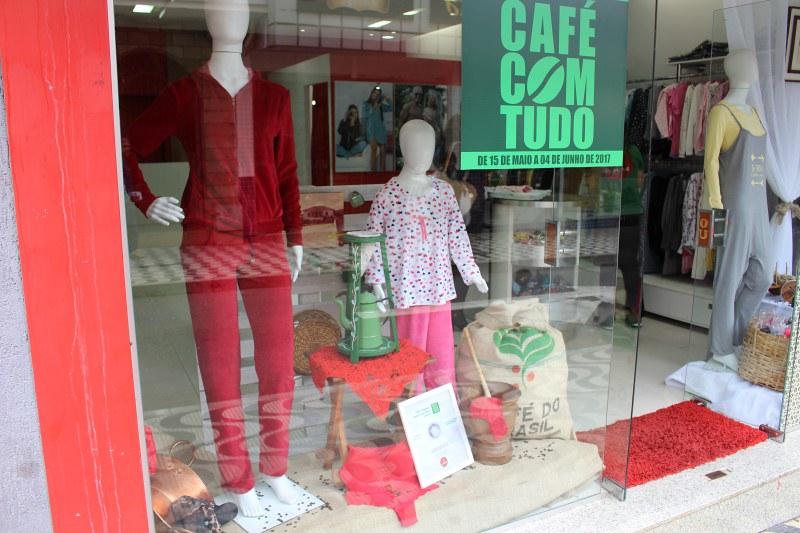 Café com Tudo é oportunidade de comprar com descontos atraentes; lojistas capricham nas vitrines
