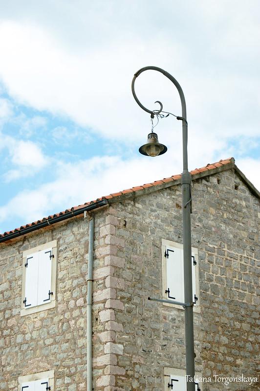 Дом и фонарь. Набережная Петроваца