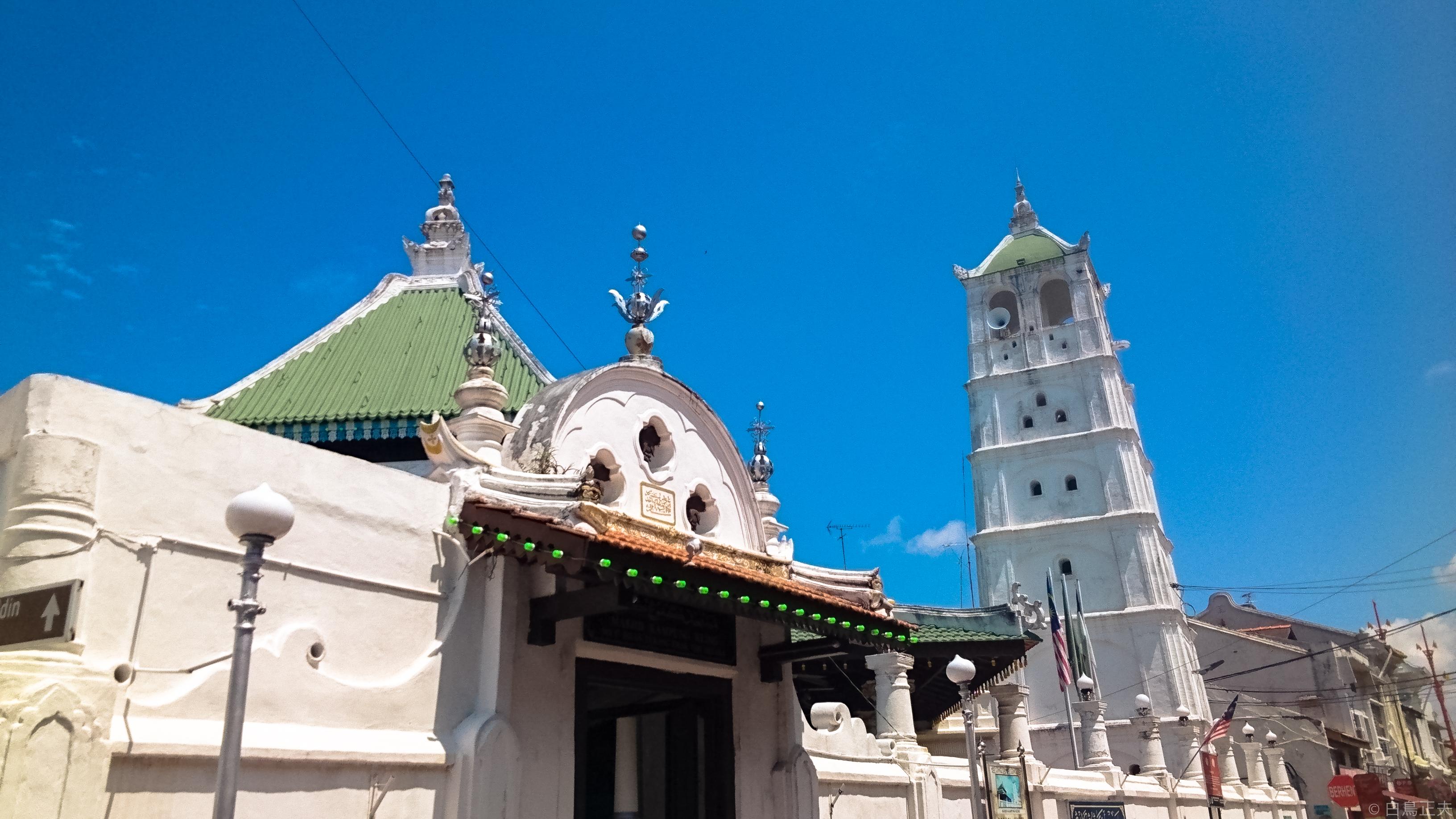 白いミナレットが聳えるカンポン・クリン・モスク