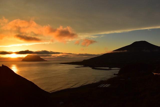 八丈島・大坂展望台からの夕陽と八丈富士