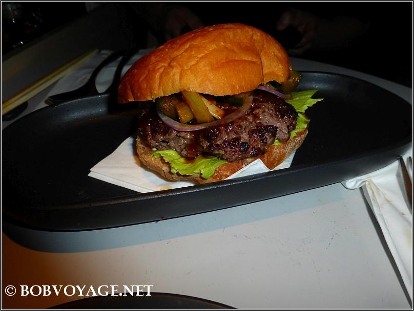 המבורגר יאקי ב- יא פאן (Ya Pan)
