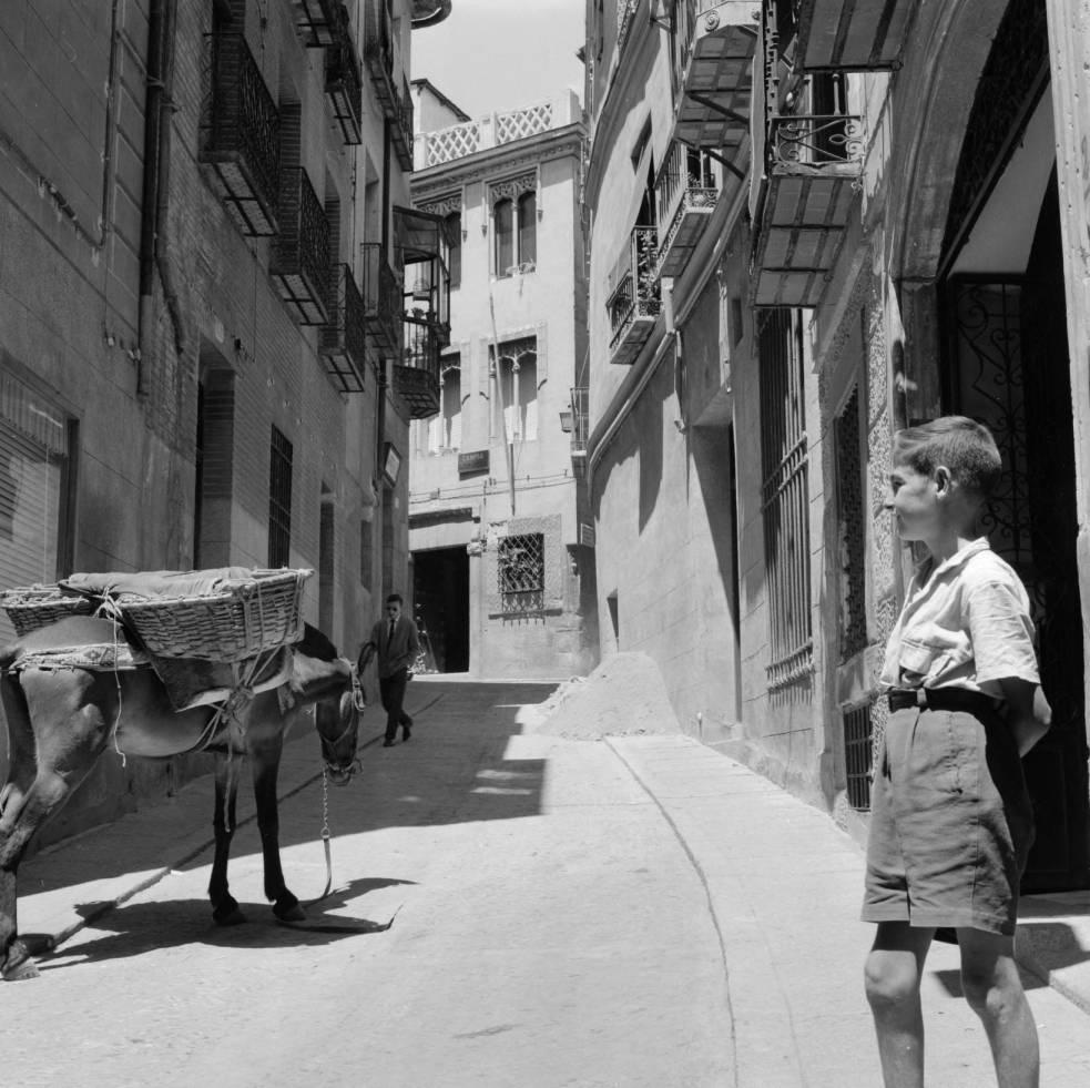Un niño y un burro en la Calle Trinidad hacia 1960. Fotografía de Eugene V. Harris o Clarence Woodrow Sorensen © University of Wisconsin-Milwaukee/The Board of Regents of the University of Wisconsin System