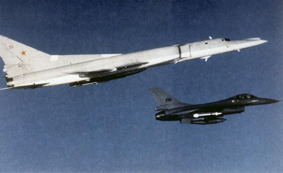 Tupolev Tu-22M interceptado por un F-16 noruego en 1988