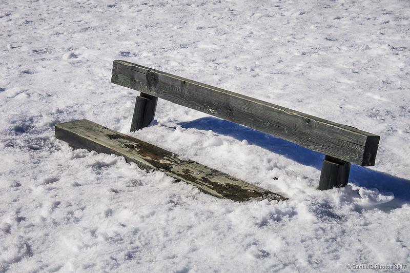 Un banco casi cubierto por la nieve en Núria