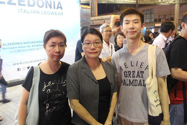 十九歳學生(右)及母親(左)