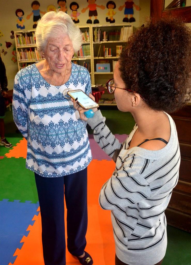 Aos 91 anos, Lya Deluqui incentiva a leitura com contação de histórias