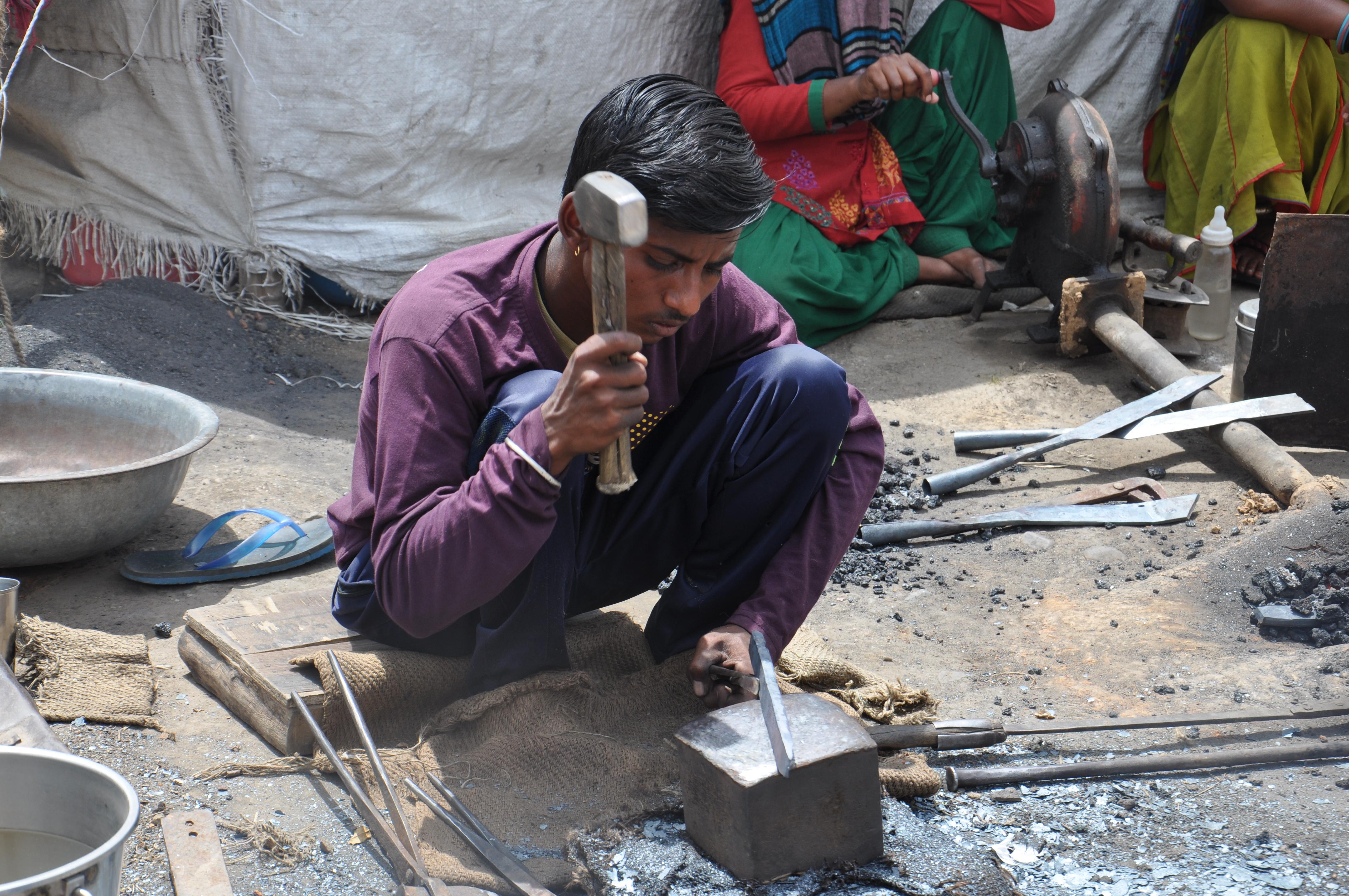 अजय अभी 17 साल का है जिस वक्त इन हाथों में अपने भविष्य के तकदीर को लिखने के लिए पेन और कॉपी होना चाहिए उस वक्त पिघले हुए लोहे को हथौड़े से आकार दिया जा रहा है,