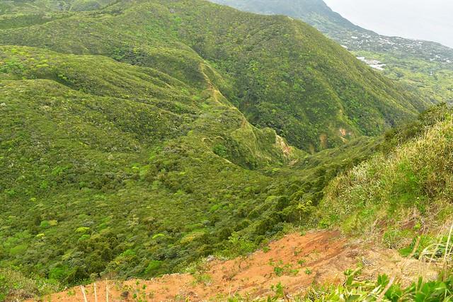 八丈島・断崖絶壁の三原山のカルデラ