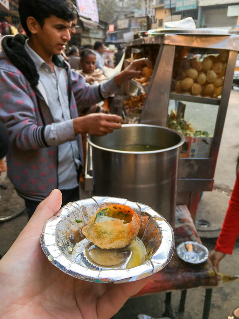 "Tried street snack ""Panipuri"" in Main bazaar, Delhi, India デリー メインバザールで食べたパーニープーリー"