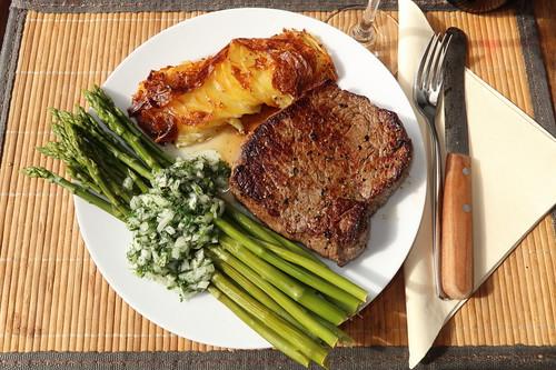 Nebraska Beef Steak mit Spargelsalat und Kartoffelgratin (mein Teller)