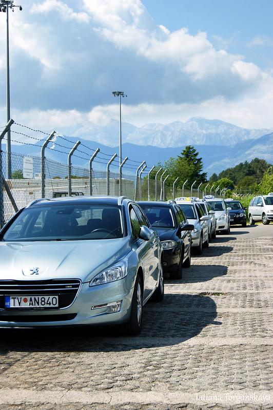 Машины возле тиватского аэропорта