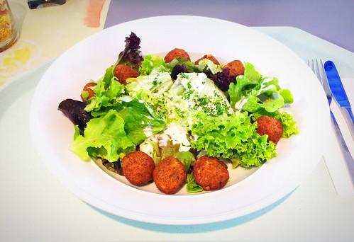 Salad dish with falafel balls & yoghurt dressing / Salatteller mit Falafelbällchen & Joghurtdressing