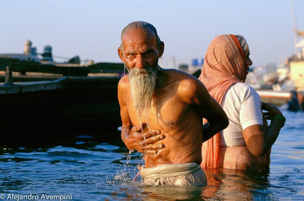 Indú tomando baño en el rio Ganges en Varanasi