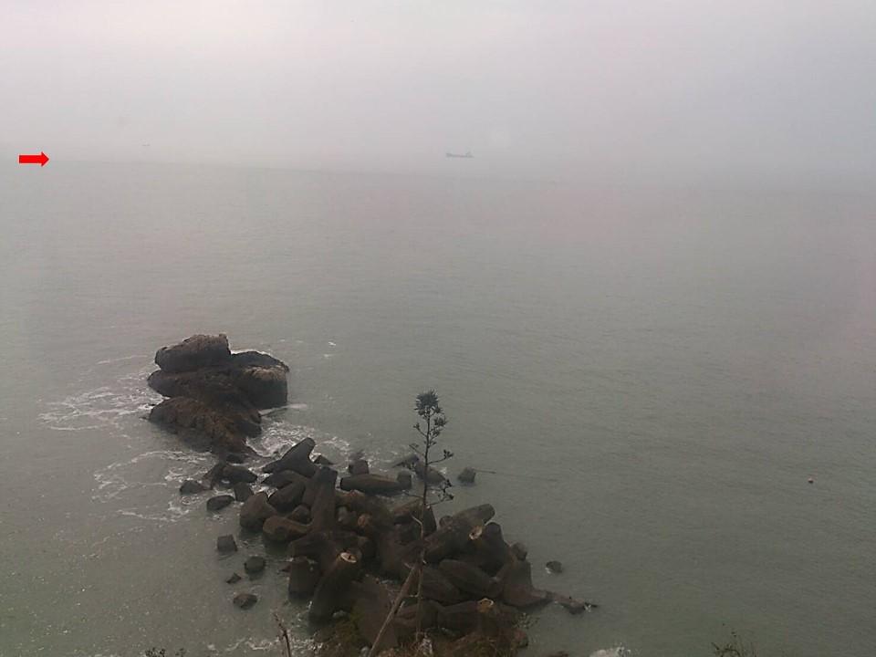 在馬祖55據點進行江豚陸上調查時的景象,大約在箭頭處的距離附近目擊江豚,江豚有時遠離岸邊,有時靠近岸邊。(攝影:洪巧芸)